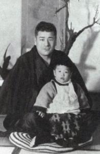 小田敏郎さんの膝に乗る幼き日の高倉健さん